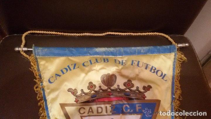 Coleccionismo deportivo: ANTIGUO BANDERIN DEL CADIZ CLUB DE FUTBOL - MEDIDA 29X45CM - Foto 2 - 126592823