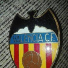 Coleccionismo deportivo: PLACA PARA COCHE FUTBOL VALENCIA CF AÑOS 60. Lote 127973758