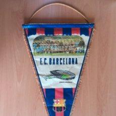 Coleccionismo deportivo: BANDERIN GRANDE FC BARCELONA ESTADIO CAMP NOU PEQUEÑO HISTORIAL - CRUYFF - FÚTBOL BARÇA CULÉ. Lote 128142104