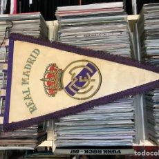 Coleccionismo deportivo: LOTE DE 2 BANDERINES DEL REAL MADRID CLUB DE FUTBOL. Lote 130234471