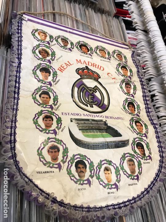 BANDERÍN REAL MADRID CLUB DE FUTBOL HUGO SANCHEZ LUIS ENRRIQUE BUTRAGUEÑO (Coleccionismo Deportivo - Banderas y Banderines de Fútbol)