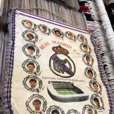 Coleccionismo deportivo: BANDERÍN REAL MADRID CLUB DE FUTBOL HUGO SANCHEZ LUIS ENRRIQUE BUTRAGUEÑO. Lote 130234720