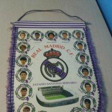 Coleccionismo deportivo: BANDERIN REAL MADRID AÑOS 90 - 42X30 CM. Lote 136434894