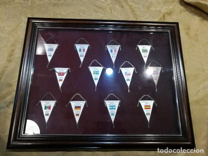 COLECCIÓN DE 12 BANDERINES EN PLATA - MUNDIALES DE FUTBOL 1930-1982 ENMARCADOS (Coleccionismo Deportivo - Banderas y Banderines de Fútbol)