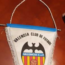 Coleccionismo deportivo: BANDERIN VALENCIA CLUB DE FUTBOL.FIRMADO. Lote 141196877