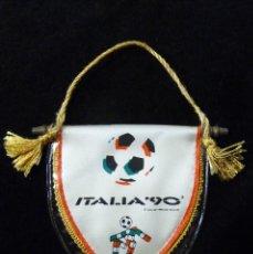Coleccionismo deportivo: BANDERÍN MUNDIAL DE FUTBOL ITALIA 90. FIFA WORLD CUP. 11,5X11,5 CM. . Lote 142030014