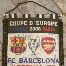 Coleccionismo deportivo: FC BARCELONA BARÇA BANDERIN OFICIAL FINAL COPA EUROPA PARIS 2006 VS ARSENAL FIRMADO JUGADORES. Lote 142974190