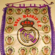 Coleccionismo deportivo: BANDERÍN DEL REAL MADRID CLUB DE FÚTBOL. JUGADORES TEMPORADA 1985 1986 BUYO CAMACHO VALDANO. 41X28CM. Lote 142978106