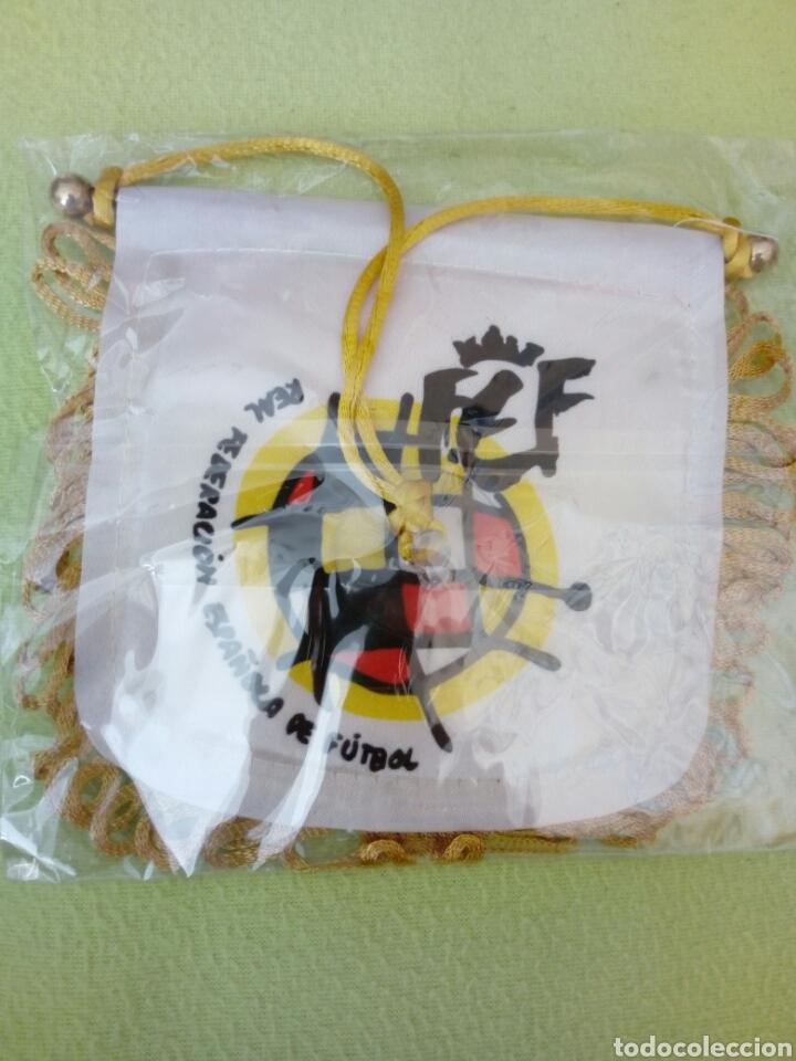 Coleccionismo deportivo: Banderín 11x11cm, llavero y pin Real Federación Española de Fútbol - Foto 2 - 143889529