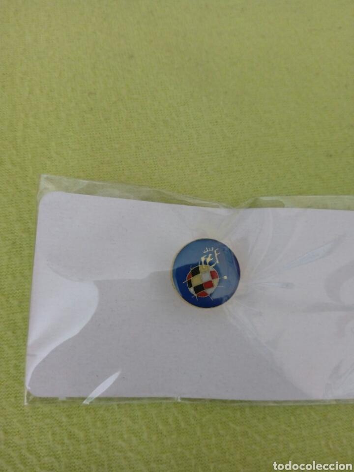 Coleccionismo deportivo: Banderín 11x11cm, llavero y pin Real Federación Española de Fútbol - Foto 5 - 143889529