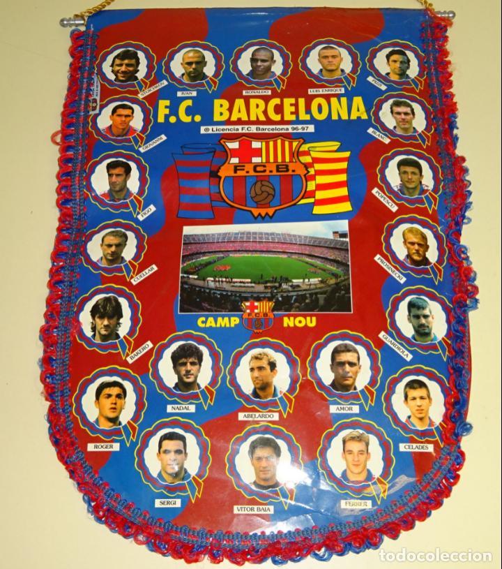 BANDERÍN DEL FÚTBOL CLUB BARCELONA. TEMPORADA LIGA 1996 1997. RONALDO, GUARDIOLA, FIGO. 45 CM (Coleccionismo Deportivo - Banderas y Banderines de Fútbol)