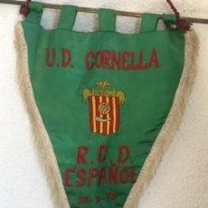 Coleccionismo deportivo: BANDERIN BORDADO DE LA U.D CORNELLA AL REAL CLUB DEPORTIVO ESPAÑOL 28-9-1975.. Lote 146002110