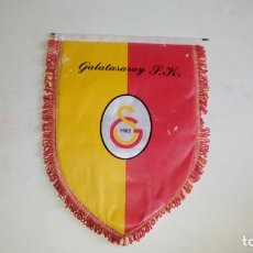 Coleccionismo deportivo: BANDERIN DEL GALATASARAY S.P. MEDIDA 24 X 30. Lote 146274518