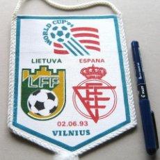 Coleccionismo deportivo: BANDERIN PENNANT ESPAÑA SPAIN – LITUANIA LIETUVA WORLD CUP 1994 VILNIUS WIMPEL. Lote 149870642