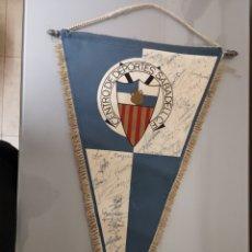 Coleccionismo deportivo: ANTIGUO BANDERIN CENTRO DE DEPORTES SABADELL C. F FIRMADO POR LA PLANTILLA INEDITO. Lote 159017322