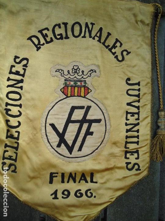 Coleccionismo deportivo: BANDERÍN SELECCIONES REGIONALES JUVENILES 1966 DE GRAN TAMAÑO 76 X 50 cm. RARO CON ESCUDO VALENCIA - Foto 2 - 162598694