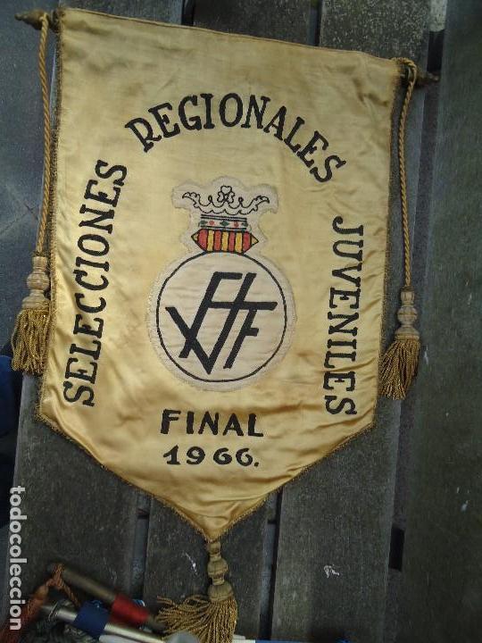 BANDERÍN SELECCIONES REGIONALES JUVENILES 1966 DE GRAN TAMAÑO 76 X 50 CM. RARO CON ESCUDO VALENCIA (Coleccionismo Deportivo - Banderas y Banderines de Fútbol)