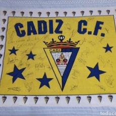 Coleccionismo deportivo: BANDERA CADIZ C.F. FIRMADA X JUGADORES TEMPORADA 2004-2005 MEDIDAS 132X97CM. Lote 163181618
