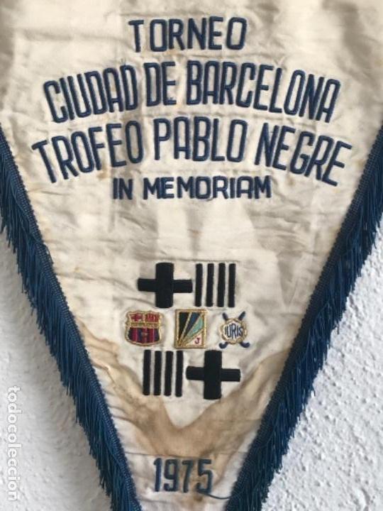 Coleccionismo deportivo: BANDERIN TORNEO CIUDAD DE BARCELONA TROFEO PABLO NEGRE IN MEMORIAM 1975. FÚTBOL CLUB BARCELONA. - Foto 2 - 164054550