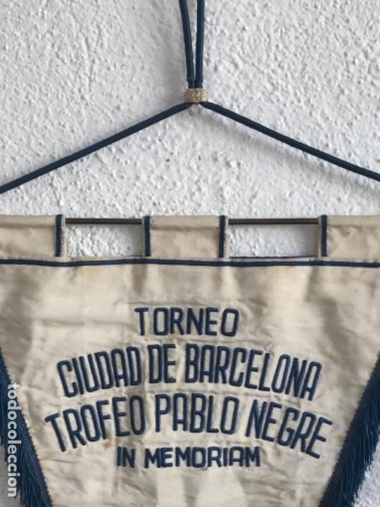 Coleccionismo deportivo: BANDERIN TORNEO CIUDAD DE BARCELONA TROFEO PABLO NEGRE IN MEMORIAM 1975. FÚTBOL CLUB BARCELONA. - Foto 5 - 164054550