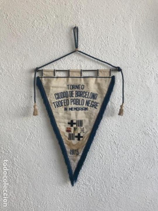 BANDERIN TORNEO CIUDAD DE BARCELONA TROFEO PABLO NEGRE IN MEMORIAM 1975. FÚTBOL CLUB BARCELONA. (Coleccionismo Deportivo - Banderas y Banderines de Fútbol)