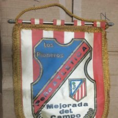 Collectionnisme sportif: BANDERIN ATLETICO MADRID PEÑA ATLETICA LOS PIONEROS MEJORADA DEL CAMPO FUNDADA 1 AGOSTO 1980. Lote 164766994