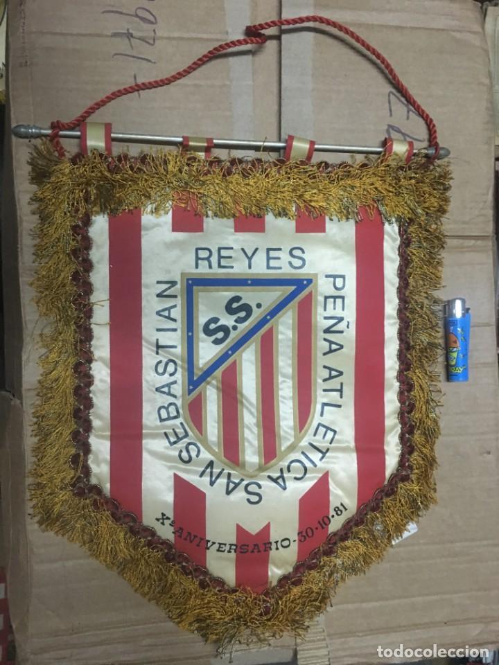BANDERIN ATLETICO MADRID PEÑA ATLETICA SAN SEBASTIAN DE LOS REYES X ANIVERSARIO 1981 (Coleccionismo Deportivo - Banderas y Banderines de Fútbol)