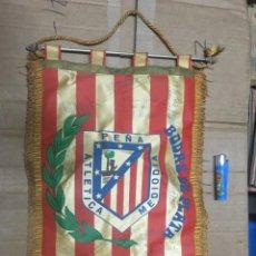 Coleccionismo deportivo: BANDERIN ATLETICO MADRID PEÑA ATLETICA MEDIODIA BODAS DE PLATA 1952 1977 AUTOGRAFOS FIRMAS. Lote 164767506