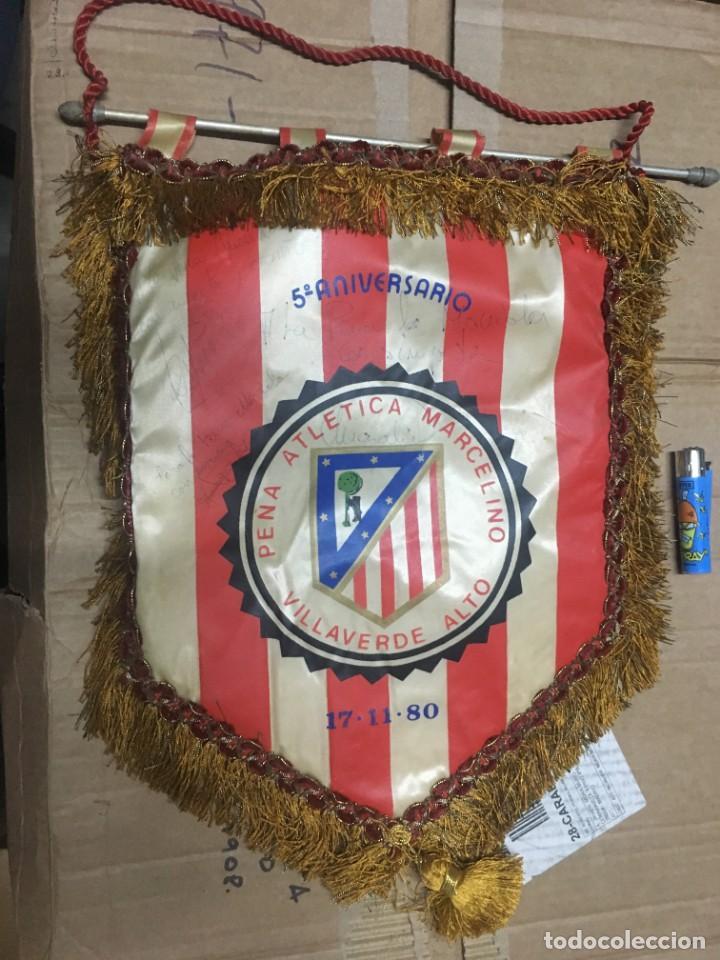 BANDERIN ATLETICO MADRID PEÑA ATLETICA MARCELINO V ANIVERSARIO 1980 VILLAVERDE AUTOGRAFOS FIRMAS (Coleccionismo Deportivo - Banderas y Banderines de Fútbol)