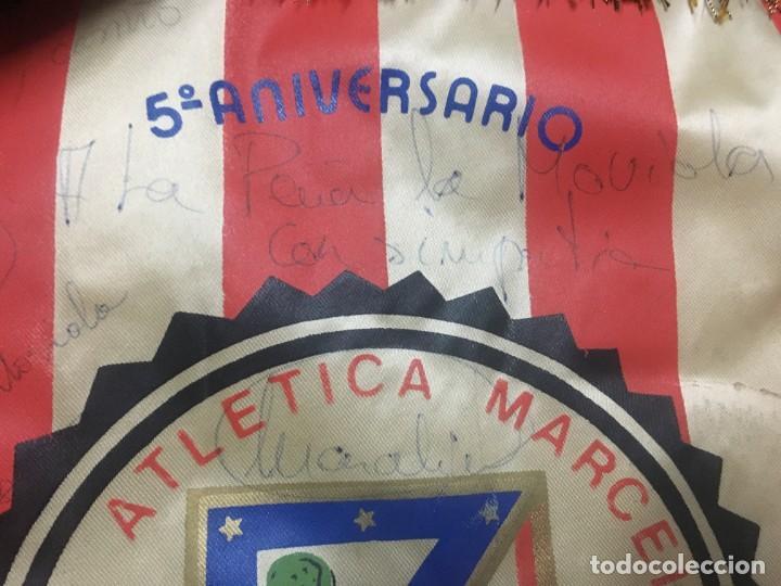 Coleccionismo deportivo: BANDERIN ATLETICO MADRID PEÑA ATLETICA MARCELINO V ANIVERSARIO 1980 VILLAVERDE AUTOGRAFOS FIRMAS - Foto 3 - 164767534