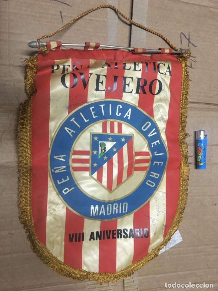 BANDERIN ATLETICO MADRID PEÑA ATLETICA OVEJERO MADRID VIII ANIVERSARIO AUTOGRAFOS FIRMAS (Coleccionismo Deportivo - Banderas y Banderines de Fútbol)