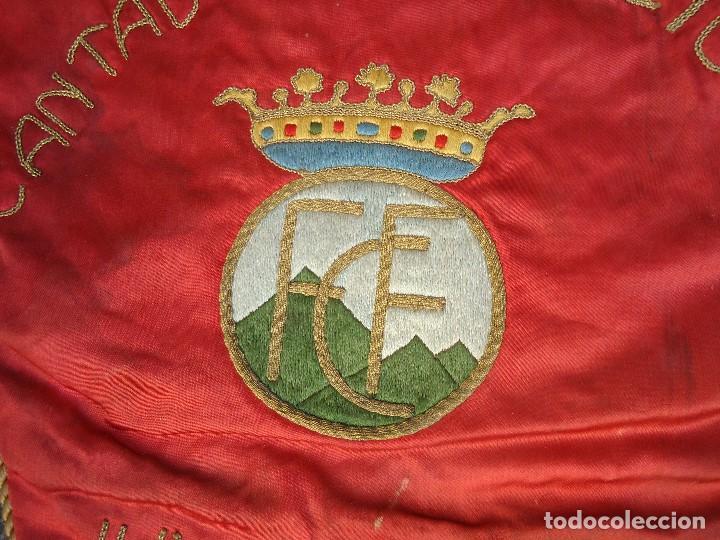 Coleccionismo deportivo: BANDERÍN DE LA FEDERACIÓN CANTABRA DE FUTBOL JUVENILES 1957 DE GRAN TAMAÑO 70 X 45 cm. RARO CON ESCU - Foto 3 - 165231890
