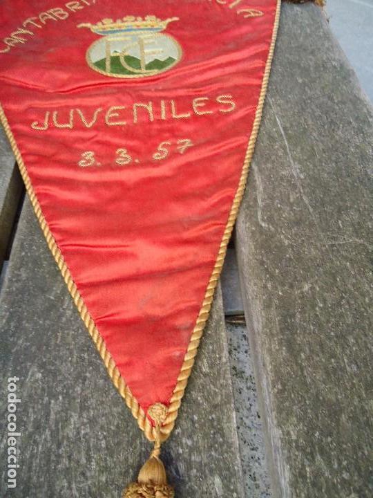 Coleccionismo deportivo: BANDERÍN DE LA FEDERACIÓN CANTABRA DE FUTBOL JUVENILES 1957 DE GRAN TAMAÑO 70 X 45 cm. RARO CON ESCU - Foto 5 - 165231890