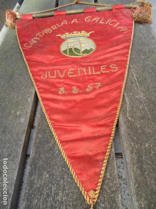 Coleccionismo deportivo: BANDERÍN DE LA FEDERACIÓN CANTABRA DE FUTBOL JUVENILES 1957 DE GRAN TAMAÑO 70 X 45 cm. RARO CON ESCU - Foto 6 - 165231890