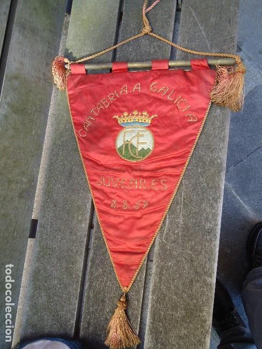 BANDERÍN DE LA FEDERACIÓN CANTABRA DE FUTBOL JUVENILES 1957 DE GRAN TAMAÑO 70 X 45 CM. RARO CON ESCU (Coleccionismo Deportivo - Banderas y Banderines de Fútbol)