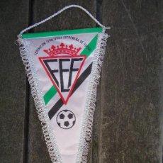 Coleccionismo deportivo: BANDERÍN DE LA FEDERACIÓN TERRITORIAL EXTREMEÑA DE FUTBOL GRAN TAMAÑO 39 X 21 CM. COMPLETO . Lote 165351030