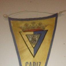Coleccionismo deportivo: G-GE45SA BANDERIN ANTIGUO DE FUTBOL DEL CADIZ C.F. EL DE FOTO. Lote 165893534