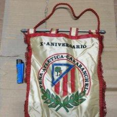 Coleccionismo deportivo: BANDERIN ATLETICO MADRID PEÑA ATLETICA CARABANCHEL X ANIVERSARIO 1980. Lote 166006874