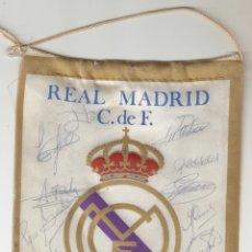 Coleccionismo deportivo: BANDERIN REAL MADRID TEMPORADA 83/84 CON FIRMA DE 16 JUGADORES. Lote 166109110