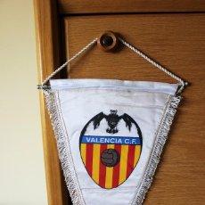Coleccionismo deportivo: BANDERIN PENNANT OFICIAL FUTBOL VALENCIA CLUB DE FUTBOL 26X45 CMS. Lote 166778534