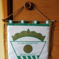 Coleccionismo deportivo: BANDERIN PENNANT OFICIAL FUTBOL CLUB DEPORTIVO MORATALAZ 25X35 CMS. Lote 166779314