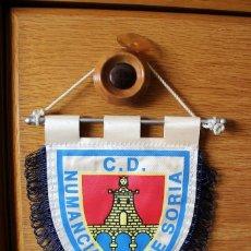 Coleccionismo deportivo: BANDERIN PENNANT OFICIAL FUTBOL CLUB DEPORTIVO NUMANCIA DE SORIA 14X16CMS. Lote 166781666