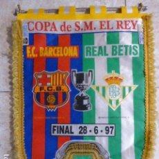 Coleccionismo deportivo: BANDERIN FINAL COPA DEL REY. ESTADIO SANTIAGO BERNABEU. FC. BARCELONA - R. BETIS. 1997 . 40 CM LONG. Lote 167573036