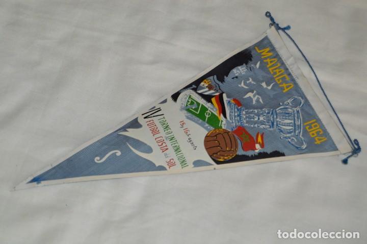 ANTIGUO BANDERÍN - MÁLAGA 1964 - IV TORNEO INTERNACIONAL DE FÚTBOL COSTA DEL SOL - 15 Y 16 AGOSTO (Coleccionismo Deportivo - Banderas y Banderines de Fútbol)