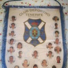 Coleccionismo deportivo: BANDERIN CLUB DEPORTIVO TENERIFE FIRMADO TEMPORADA 93-94 CON FUNDA PROTECTORA PLASTICO. Lote 175894053