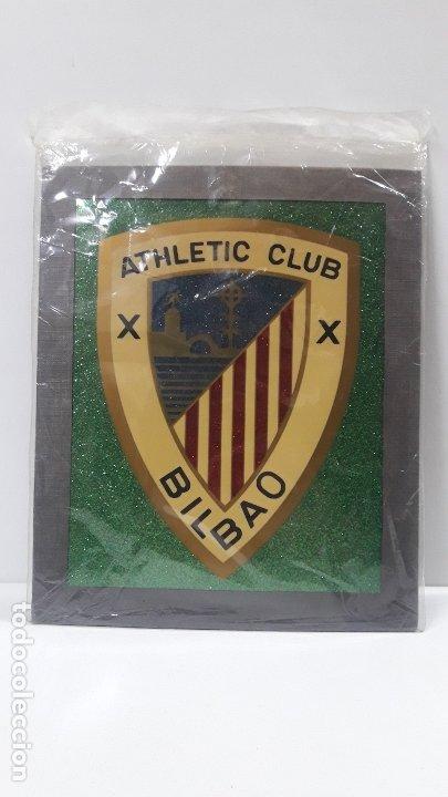 Coleccionismo deportivo: ESCUDO DEL ATHLETIC CLUB BILBAO - PARA COLGAR . ORIGINAL AÑOS 70 . MEDIDA DE FRENTE 20 CM ALTO 24 CM - Foto 6 - 177781325