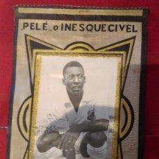 Coleccionismo deportivo: AB-626-BANDERIN DE -- PELE -- INESQUECIVEL CON FOTOGRAFIA DEL JUGADOR PEGADA, SANTOS FOOTBALL CLUB. Lote 178996956