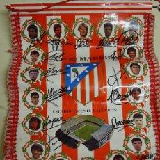 Coleccionismo deportivo: BANDERÍN DE FÚTBOL. ATLÉTICO DE MADRID 1992. VICENTE CALDERÓN CON FIRMAS AUTÓGRAFOS. 45 CM. Lote 181809461