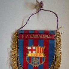 Coleccionismo deportivo: ANTIGUO BANDERIN PARA EL COCHE DEL FUTBOL CLUB BARCELONA - MEDIDAS: 11,5 X 9 CM. Lote 183732465
