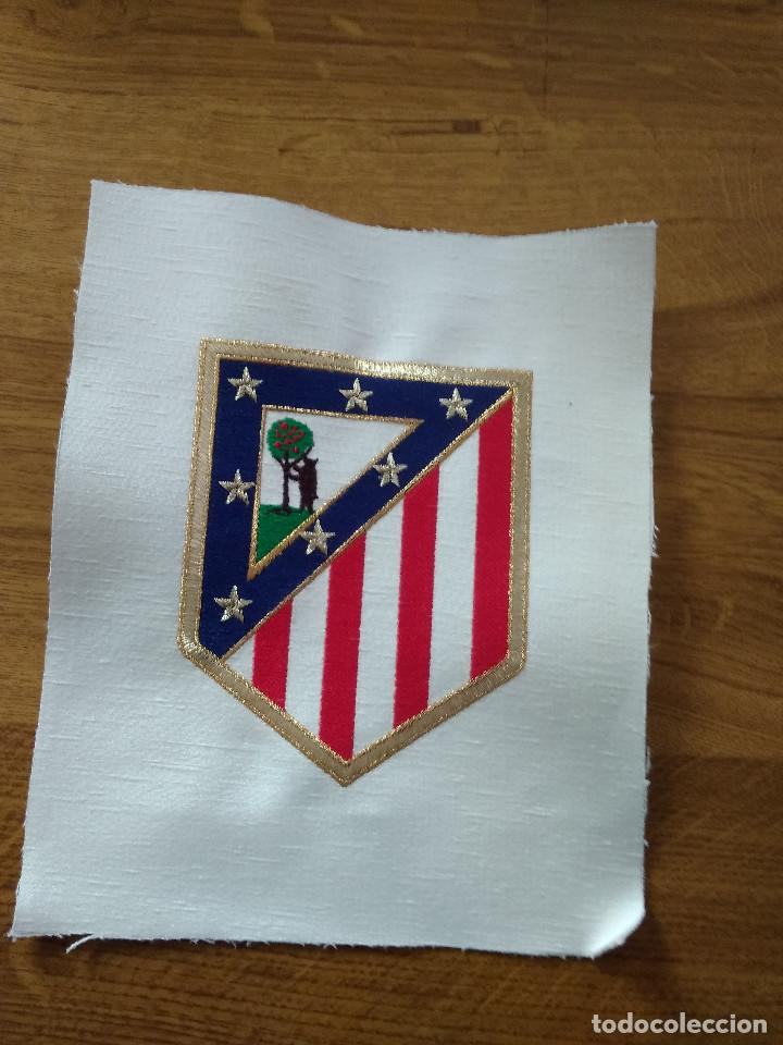 ESCUDO BORDADO DEL ATLETICO DE MADRID C.F. NUEVO SIN USO (Coleccionismo Deportivo - Banderas y Banderines de Fútbol)